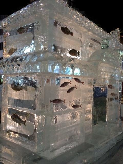 氷の中の魚